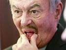 Přemysl Sobotka nemá z předběžných výsledků voleb velkou radost. (12. ledna