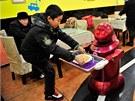 D�ti jsou z robotick� restaurace nad�en�.