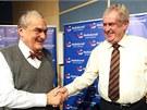 Karel Schwarzenberg a Miloš Zeman před debatou prezidentských kandidátů v