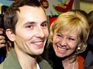 Martin Pezlar se vítá s maminkou na letišti v Praze. (17. ledna 2013)
