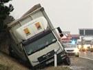 Kamion skončil na D5 u Tlustic po srážce s autobusem v příkopu.