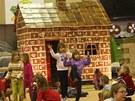 Školáci ukončení výroby největší perníkové chaloupky pořádně oslavili.