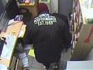 Jeden ze zlodějů měl bundu s nápisem, podle které by ho někdo mohl poznat.