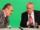 Karel Schwarzenberg a Miloš Zeman ve studiu České televize v pořadu Otázky