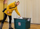 Lidé jdou k prezidentským volbám ve Včicích na Trutnovsku, kde měl chalupu...