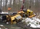 Vyproštění autojeřábu zapadeného do potoka nedaleko Tvrdonic.