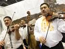 Hlavně z moravských stánků zní lidová hudba. Kdo chce, může si zazpívat s