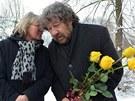 Zdeněk Troška položil na rakev žluté růže. Hereččiny oblíbené květiny přinesli