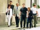 V červnu roku 2002 šel Zeman k volbám v Novém Veselí za doprovodu manželky,