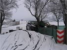 Vůz se zastavil se až o strom a dřevěný přístřešek nedaleko rodinného domu.