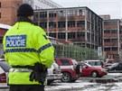 Na budovu dohlížejí policisté, vyšetřovatelé na místě zjišťují příčiny požáru,