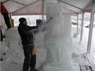 Nezbytnou pomůckou ledových sochařů je motorová pila.