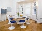 V jídelně kraluje mramorový jídelní stůl s židlemi Tulip od designéra Eera