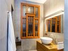 Koupeln� majitelky dominuje restaurovan� secesn� okno. Velkoform�tov�