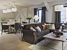 Obývací pokoj volně navazuje na jídelnu. Celému prostoru dominují zemité tóny,
