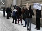 Před soudní budovou se sešlo zhruba deset příznivců Romana Smetany, někteří