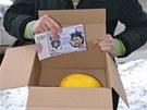 Krabice od vína se symbolickým melounem a napodobeninami bankovek ve měně íčka,
