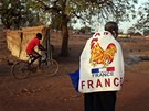 Šestapadesátiletý Yacouba Konate nosí v Bamaku francouzskou vlajku jako podporu