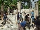 Haiťané pracují na stavbě jedné ze škol.