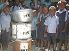 Nové hrnce a šetrná ekologická kamínka ušetří školní jídelně peníze za dřevěné