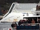 Příbuzní obětí se vypravili co nejblíže ztroskotané výletní lodi.