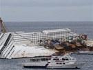 Vrak lodi stále leží u pobreží ostrova Giglio. Příbuzní obětí se k němu v den