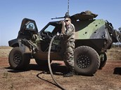 Francouzský voják doplňuje palivo do svého obrněného vozidla na vojenském
