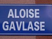 Cedule označující ulici pojmenovanou po bývalém komunistickém funkcionáři v