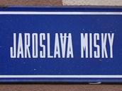 Cedule označující ulici v Ostravě-Dubině, která nese jméno bývalého