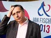 Jan Fischer sleduje ve svém volebním štábu předběžné výsledky. (12. ledna 2013)