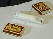 Do středu svíčky přímo proti sobě vpíchni 2 špendlíky.