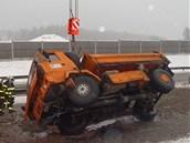 Hasiči převrácený nákladní vůz dostali zpátky na kola. (17. ledna 2013)