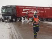 Polský kamion zůstal stát napříč frekventovanou silnicí. (17. ledna 2013)