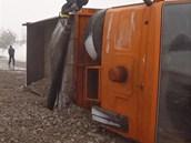 Nákladní vůz naplněný betonovou drtí se při nehodě u Frýdku-Místku převrátil,