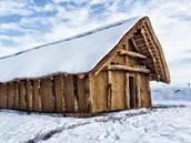 Neolitický dům vyrostl hned vedle muzea pravěku ve Všestarech. (15. 1. 2012)
