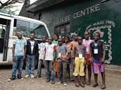 První děti ze Somalomo dorazily po dvou dnech cesty do záchranné stanice goril...
