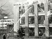 Takto vypadalo hašení požáru po válečném bombardování továrního areálu firmy