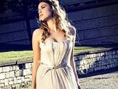 Bílé večerní šaty ze zimní kolekce Heleny Mertlové