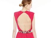 Červené šaty z hedvábného šifonu s vyšívaným páskem s barevnými kameny ze zimní