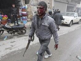 Bojovník Syrské osvobozenecké armády po útoku vládních letadel na město Azáz nedaleko Aleppa (10. ledna 2013)