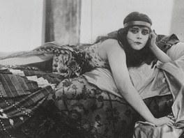 Sama Theda Bara přisuzovala přízvisko vamp jen třem ženám historie: zasloužila si ho podle ní  Kleopatra, Lucrezia Borghia a Kateřina Veliká.