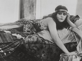 Sama Theda Bara p�isuzovala p��zvisko vamp jen t�em �en�m historie: zaslou�ila si ho podle n�  Kleopatra, Lucrezia Borghia a Kate�ina Velik�.