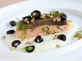 Steak z lososa s celerovým krémem a olivami
