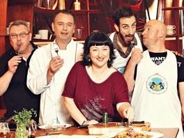 Slavní v maléru - herci Petr Vaněk a Maťo Nahálka s kuchařem a moderátorem