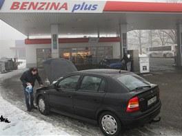 Pár hodin po dramatickém přepadení zakončeného střelbou strážníka je benzinová
