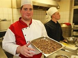 Jan Pařízek se chystá na kulinářskou přípravu larev potemníka.