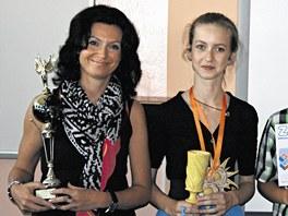 Klára Odehnalová s jedním z mnoha ocenění za vítězství v písařské soutěži.