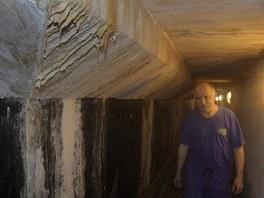 Strojník Josef Vaněk prochází tunelem pod 25metrovým bazénem v Písku, kde za