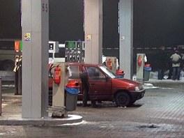 Policie na benzinové pumpě na okraji Karviné, kde strážník zastřelil lupiče.