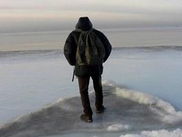 Estonci využívají zamrzlé moře také k přejezdům autem na nedaleké ostrovy.